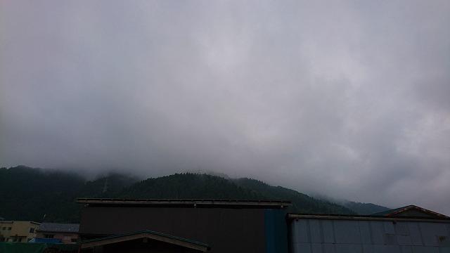 梅雨空と霞とセルン工場の山々