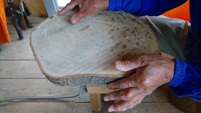 ヨノキの輪切り板磨き中その1